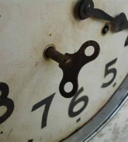 De klok tikt langzaam door...